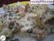 Potatoes with mushroom-cream sauce
