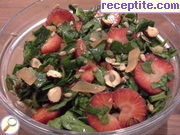 Salad with spinach and strawberries